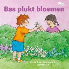 Liesbeth  Binsbergen Bas plukt bloemen