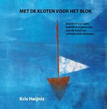 Kris  Heijnis Met de kloten voor het blok