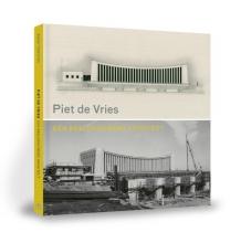 Rienk Terpstra , Piet de Vries, een beeldhouwend architect