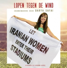 Darya  Safai Lopen tegen de wind