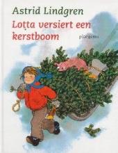 Astrid  Lindgren Lotta versiert een kerstboom