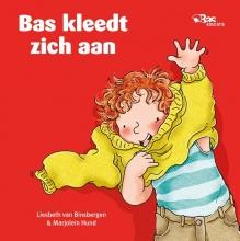 Liesbeth van Binsbergen Bas kleedt zich aan