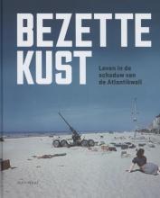 Aline  Sax, Hannelore  Vandebroek, Jonas  Raats, Maarten  Mahieu Bezette kust